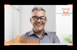 Foto de um homem sorridente com um gráfico sobre ele