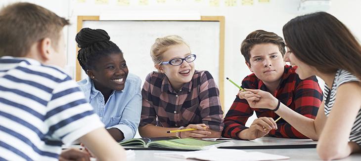 Foto de adolescentes em volta de uma mesa
