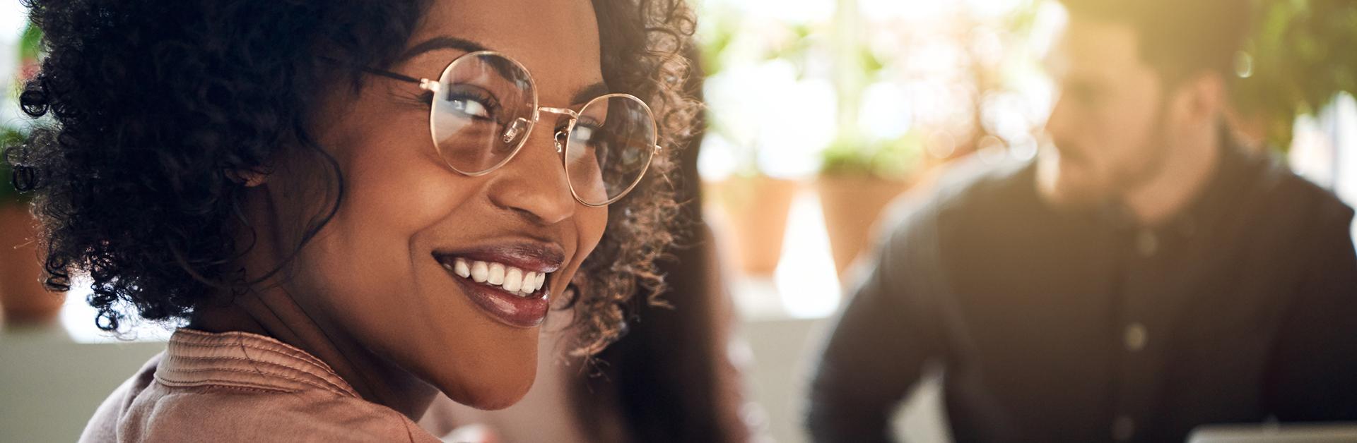 Foto de uma mulher negra olhando para a câmera