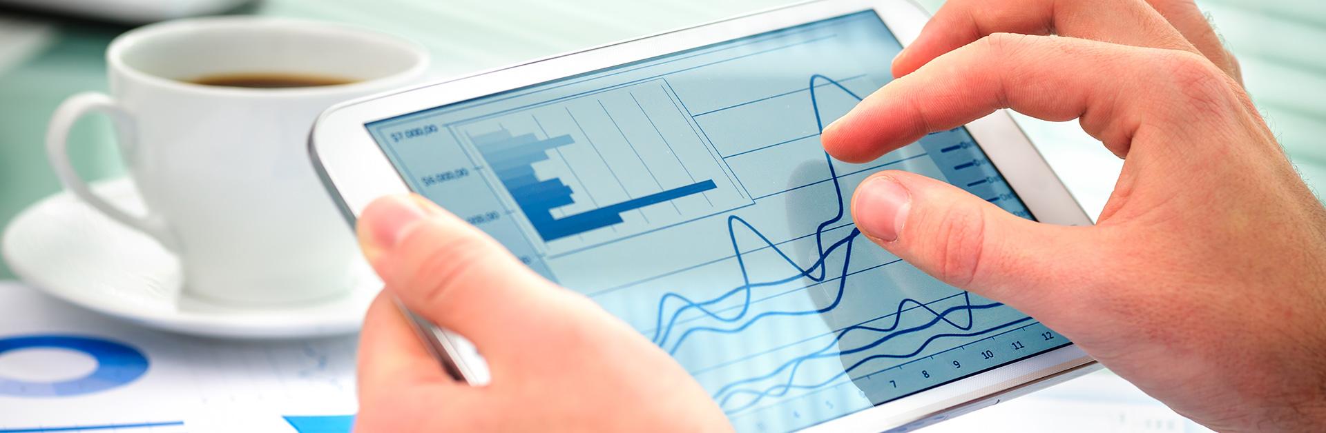 Foto de um tablet com gráficos