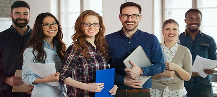 Foto de cinco pessoas segurando pastas em um escritório