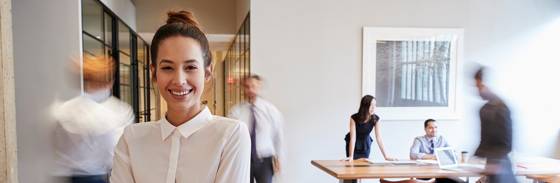 Foto de uma mulher no escritório