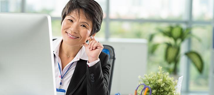 Foto de uma pessoa em frente ao computador