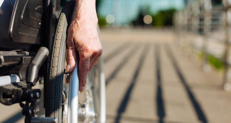 Foto fechada de uma pessoa em uma cadeira de rodas