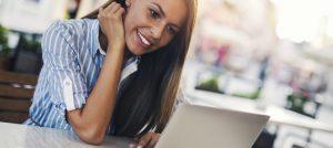 Foto de uma mulher trabalhando no notebook