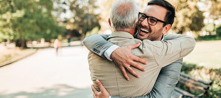 Foto de dois homens de terno se abraçando