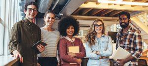 Foto de quatro pessoas sorrindo em um escritório