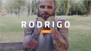 """Foto de um homem tatuado, sobre a foto está escrito """"Rodrigo - Pediatra"""""""
