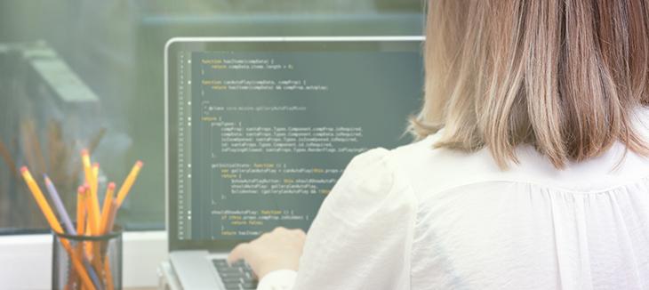 Foto de uma mulher trabalhando no computador