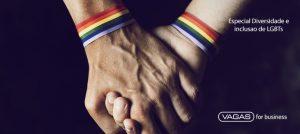 """Foto de duas mãos dadas e com pulseiras do arco-íris, sobre a imagem está escrita a frase """"Especial Diversidade e Inclusão de LGBTs"""""""