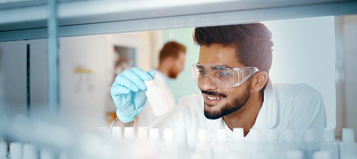 Foto de um homem trabalhando em um laboratório