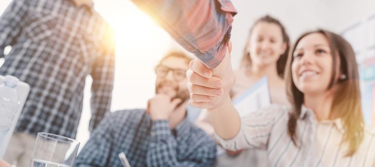 Foto de duas pessoas apertando as mãos