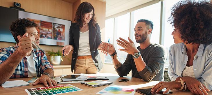 Pessoas conversando sobre investir em employer branding.