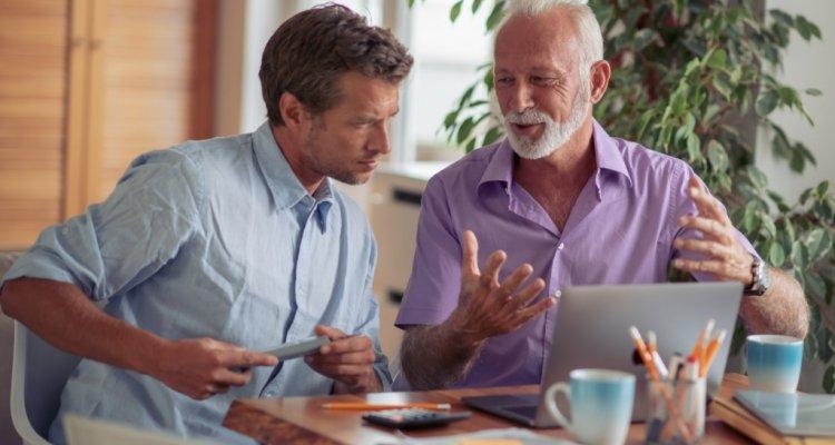 um jovem recebe instruções de um mentor