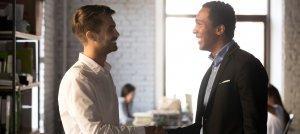 Dois homens conversando sobre Separar o Recrutamento do RH.