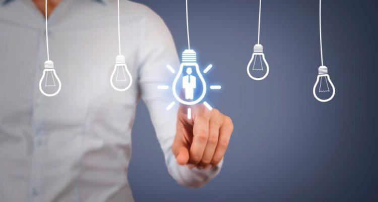ilustrações de lampadas, sendo uma delas é tocada por uma pessoa
