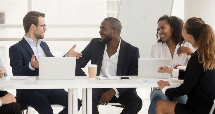 Executivos sentados numa mesa debatendo questões de trabalho.