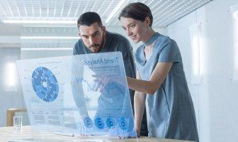 Dois colegas de trabalho debatem dados observados numa holografia,