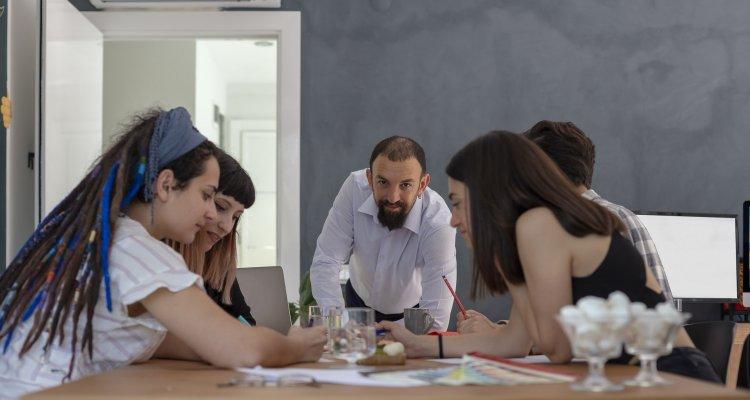 Colegas de trabalho de uma empresa informal se reúnem.