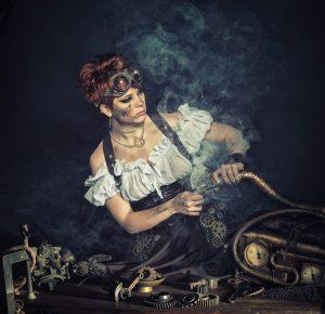 mulher suja de fuligem com fumaça na rosto consertando uma engrenagem