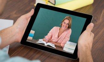 Um executivo assiste a uma videoaula no tablet