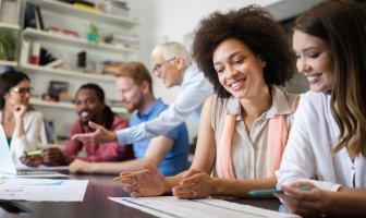 Equipe multicultural analisando dados no ambiente de trabalho