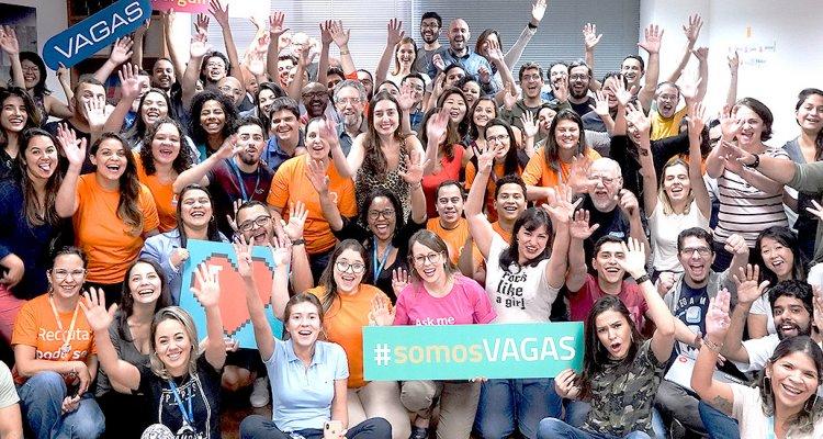 Equipe da empresa VAGAS.com reunida.