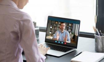 recrutadora entrevista o candidato por meio de uma videoentrevista