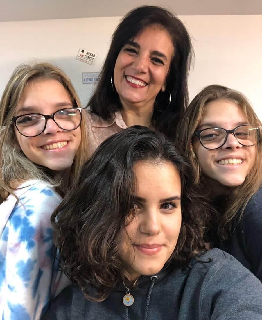 mãe ao lado de suas três filhas