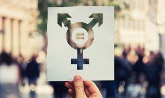 Pessoas segurando papel com símbolo de transgeneros.
