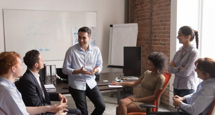 Executivos em uma roda de trabalho gesticulando