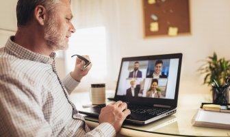 Executivo de meia idade participa de uma videochamada pelo notebook