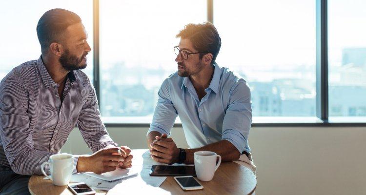 Dois homens conversando