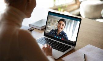 executiva entrevista um candidato via videoentrevista