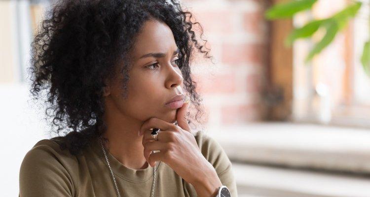 Mulher jovem refletindo