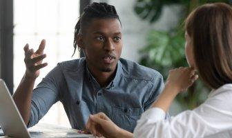 Jovem do sexo masculino debatendo com jovem do sexo feminino