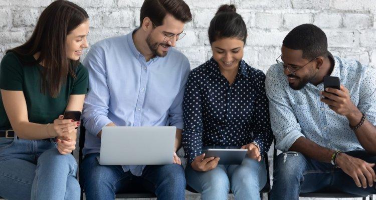 jovens executivos sentados observam a tela de um tablet