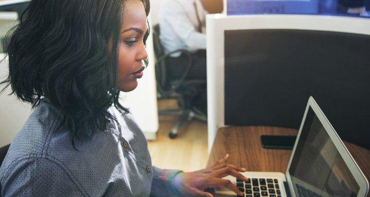 Mulher olhando seria para o seu computador