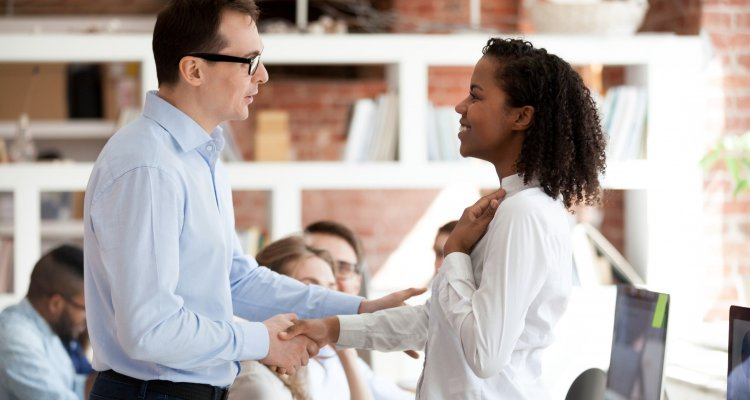 Um líder reconhece seu funcionário com um cumprimento de mãos