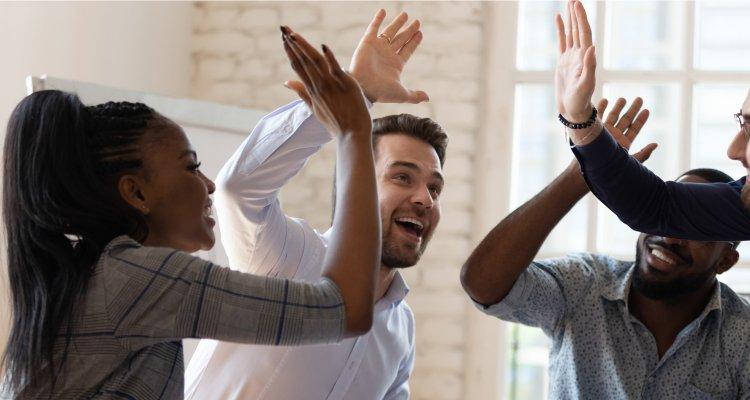 pessoas comemorando e felizes no trabalho