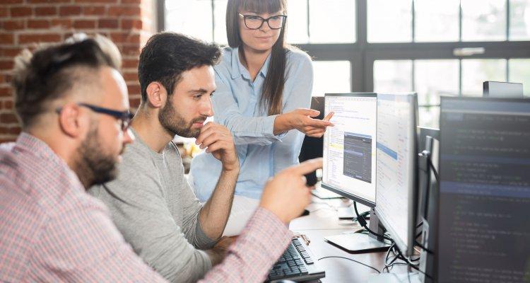 Executivos de R&S observando dados para contratar melhor