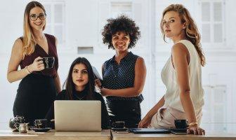 quatro mulheres no ambiente de trabalho