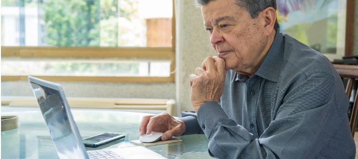 Funcionário idosos trabalhando no computador.