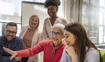 Time diverso no ambiente de trabalho discutindo sobre uma demanda