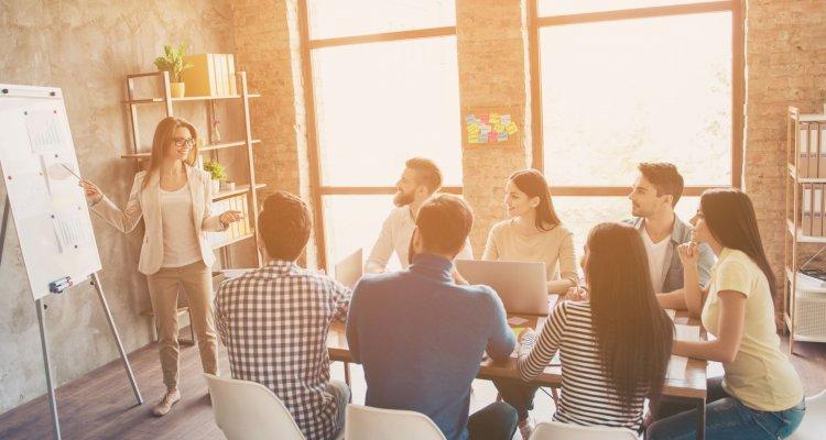 Pessoas tendo aula dentro do ambiente corporativo