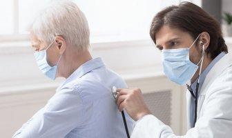Médico jovem examinando um funcionário sênior