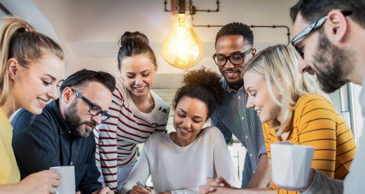 Pessoas trabalhando juntas no ambiente corporativo