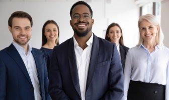 Executivos de braços cruzados analisando se devem recrutar um talento interno ou externo