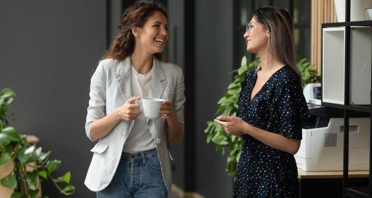 duas mulheres conversando no trabalho