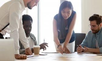 Executivos de RH desenvolvendo estratégias de sucesso